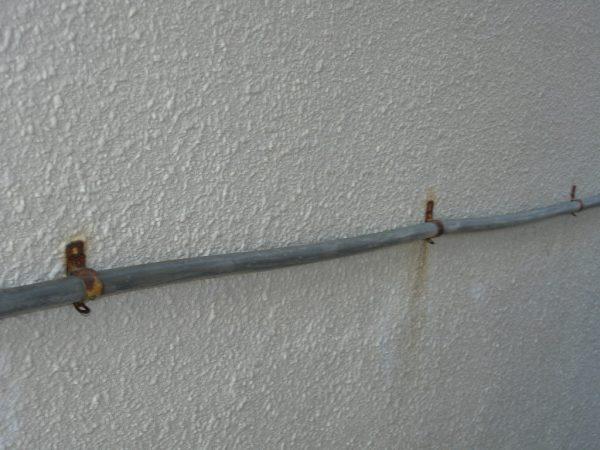 壁に這っている電気コードの金具を撤去